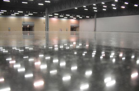 Полированный бетонный пол в промышленном помещении