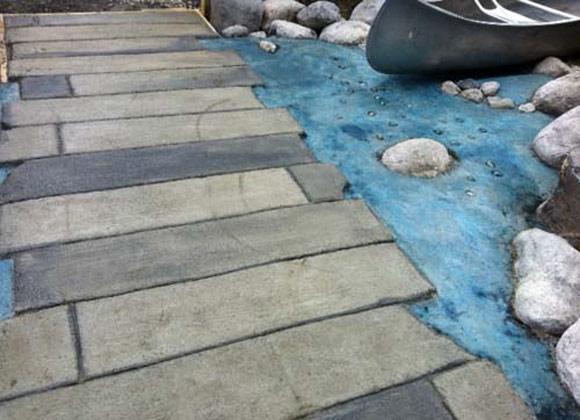 Бетонный мост над бетонной водой