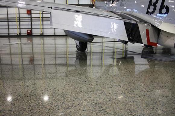 Полированный бетонный пол в авиационном ангаре