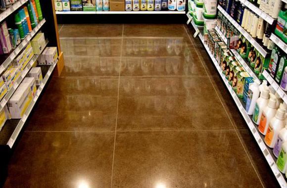 Полированный бетонный пол в продуктовом магазине