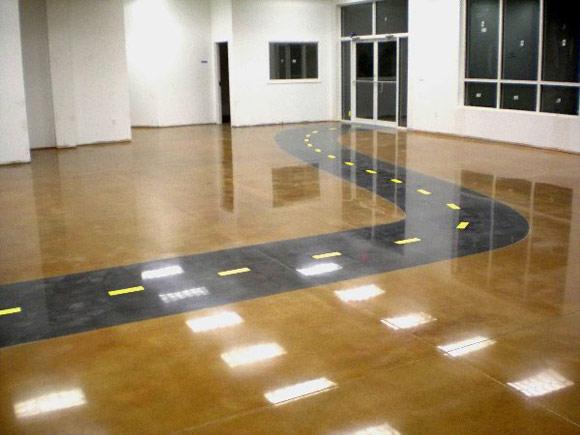 Полированный бетонный пол в офисе компании по продаже строительной спецтехники