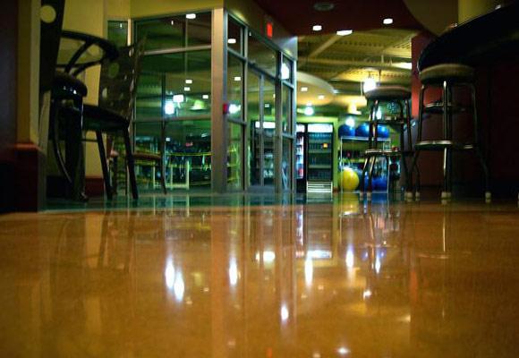 Полированный бетонный пол в фитнес-клубе Equinox