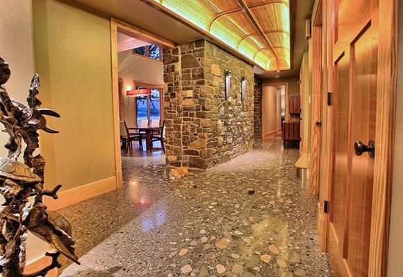 Полированный и штампованный бетонный пол в частном доме