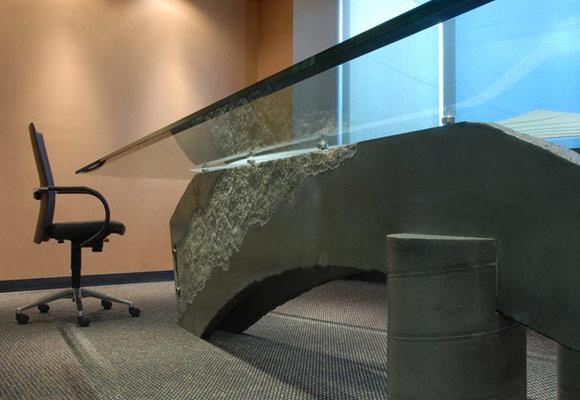 Стол для переговоров с ножками из бетона и столешницей из матового стекла