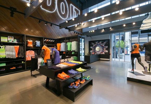 Полированный бетонный пол в спортивном магазине Nike