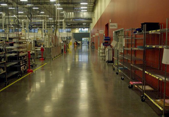 Глянцевый бетонный пол по технологии HardWear в заводском помещении