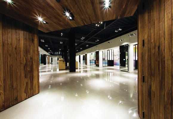 Полированный бетонный пол в магазине модной одежды
