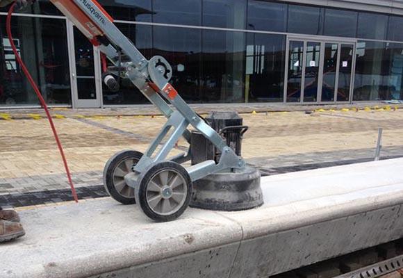 Скамьи из полированного бетона в терминале аэропорта