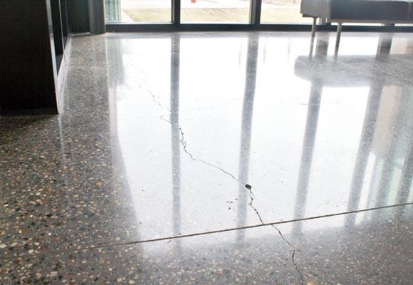 Трещина на полированном бетонном полу