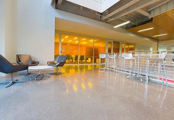 Полированный бетонный пол в кампусе Высшей школы массовых коммуникаций и журналистики в Калифорнии