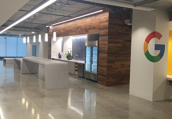Скамейки из бетона в офисе Гугла