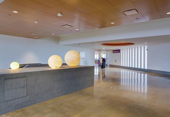 Полированный бетонный пол в терминале аэропорта