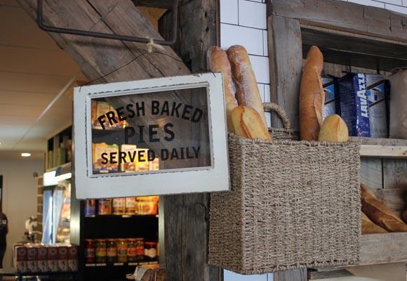 Полированный бетонный пол в магазине и кафе The Local Market and Kitchen