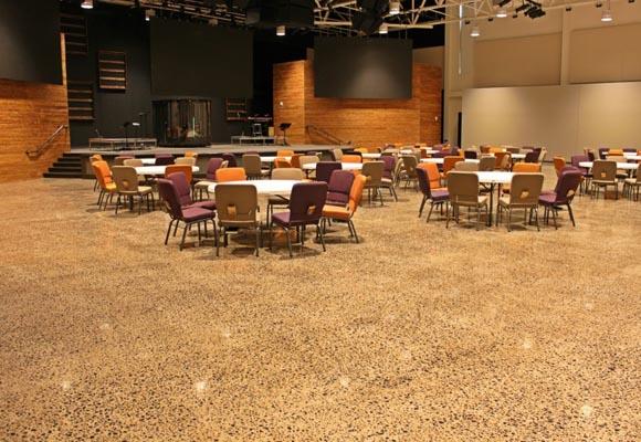Полированный бетонный пол в церкви Чейз Оукс (Chase Oaks)