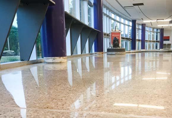 Полировка бетонных полов в школе