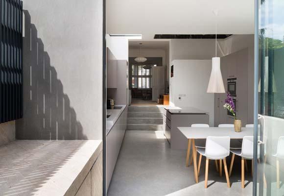 Полированный бетон на летней кухне-столовой в частном доме