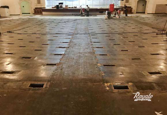 Восстановление, шлифовка и полировка бетонного пола в школьном актовом зале